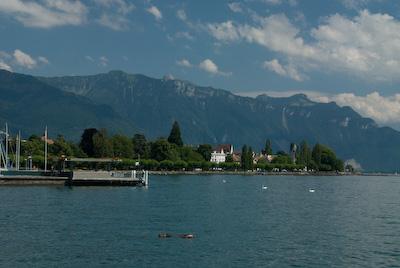 レマン湖[Lac Leman]畔に出る。 レマン湖沿いのこのホテルもと... ヴヴェイの旧市街観
